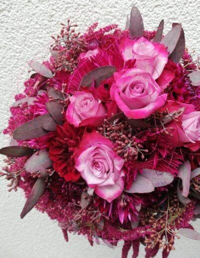 Beerentöne und pinkfarbene Rosen