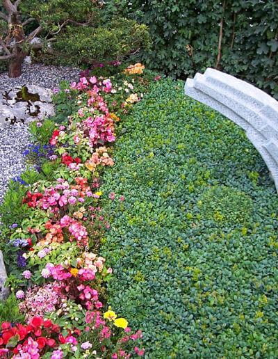 Blumenreiches Grab