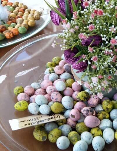Schachbrettblumen Und Ostereier