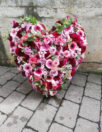 schönes Herz aus pinkfarbenen Blüten