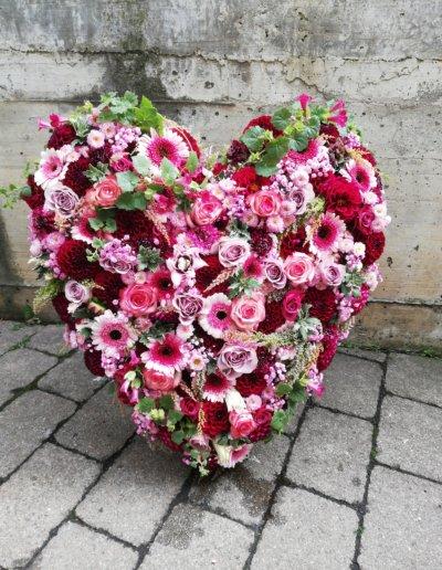 Trauergesteck Herz in Rot- und Pinktönen