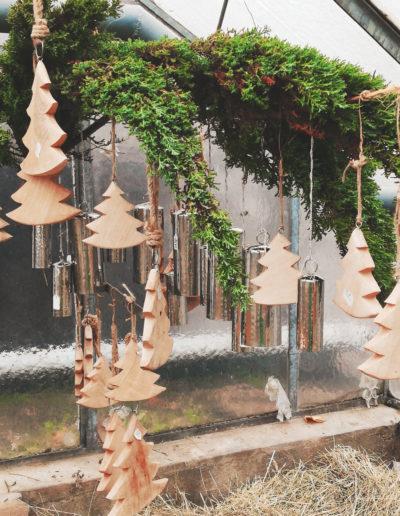 Weihnachtsdeko Zweig mit Holzbäumen